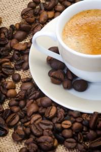 kaffeebohnen auf einer kaffeetasse