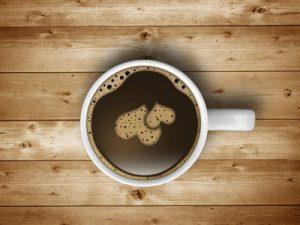 Kaffeetasse mit Herz auf Holz